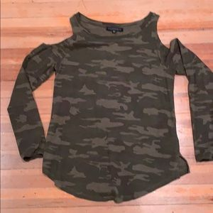 Sanctuary long- sleeved camo cold shoulder tee